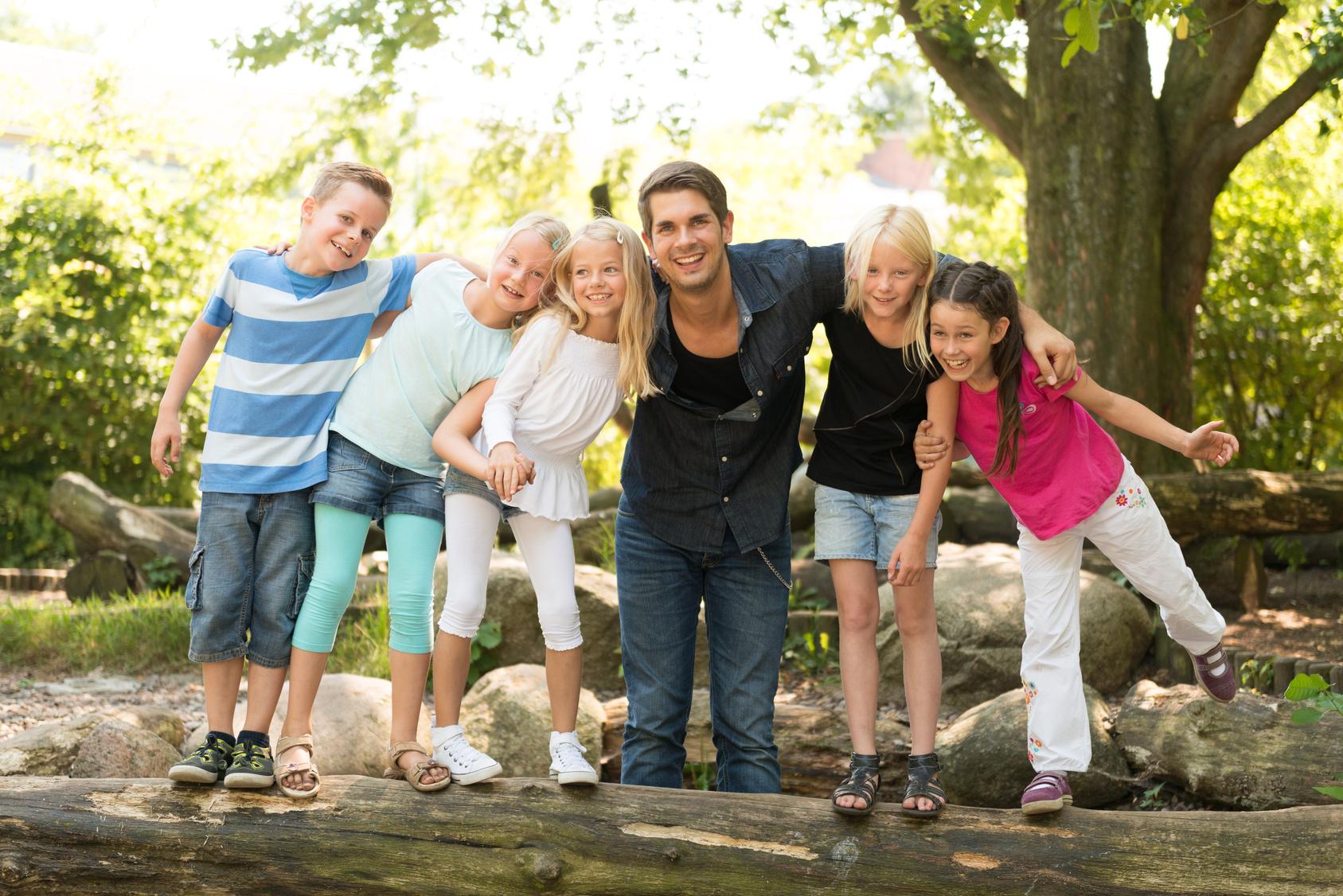 Erzieher mit Kindergruppe im Aussenbereich