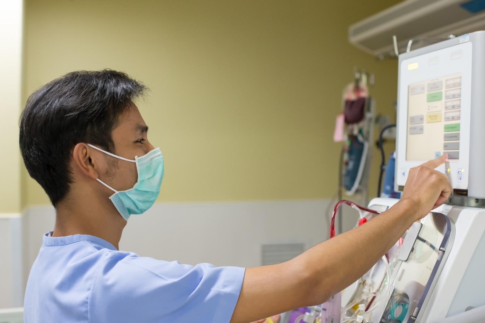 Dialysegerät wird durch Nephrologen bedient