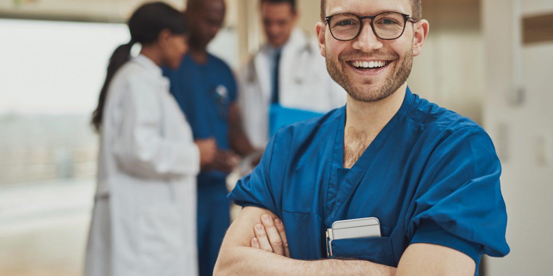 Junger Arzt lacht freundlich