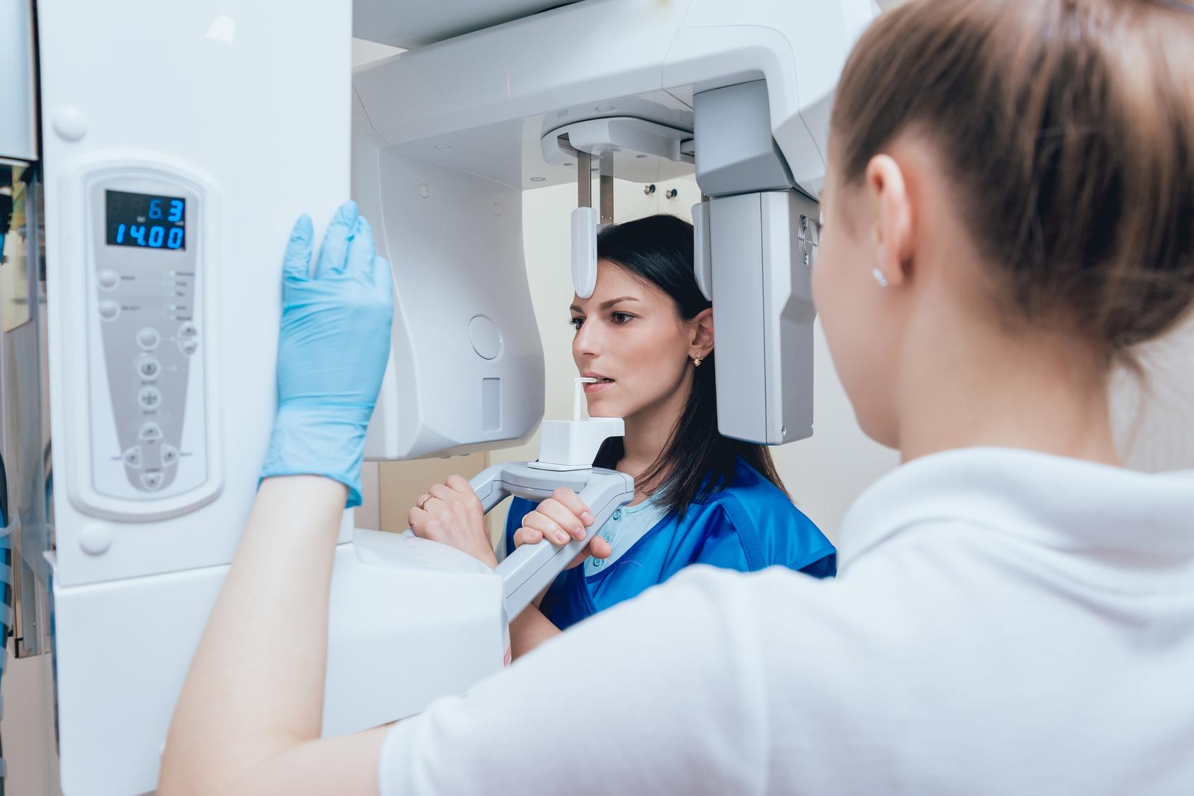 Zahnarzthelferin beim Röntgen