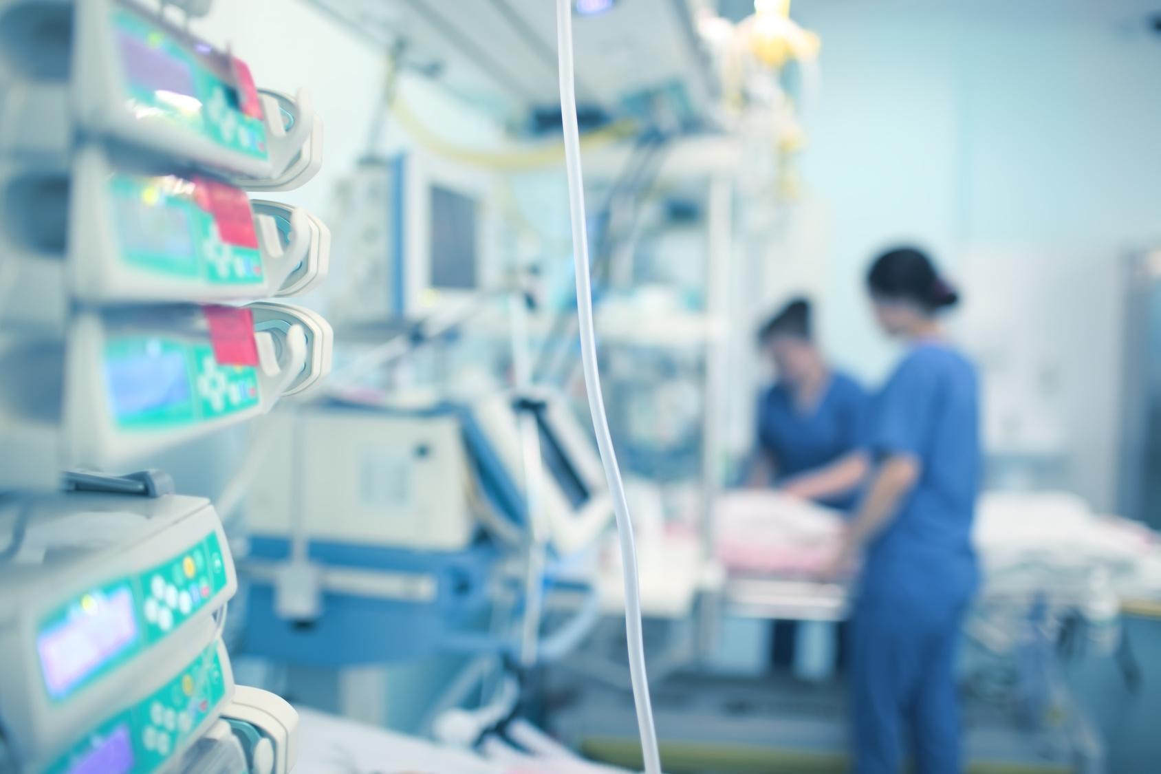 zwei Krankenpflegerinnen in der Intensivstation
